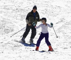 parent-and-child-skiing